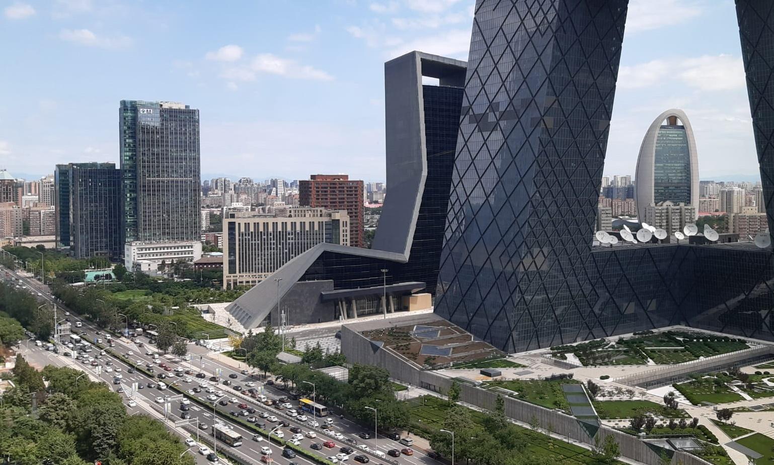 Rakennuksia ja autoja Pekingissä