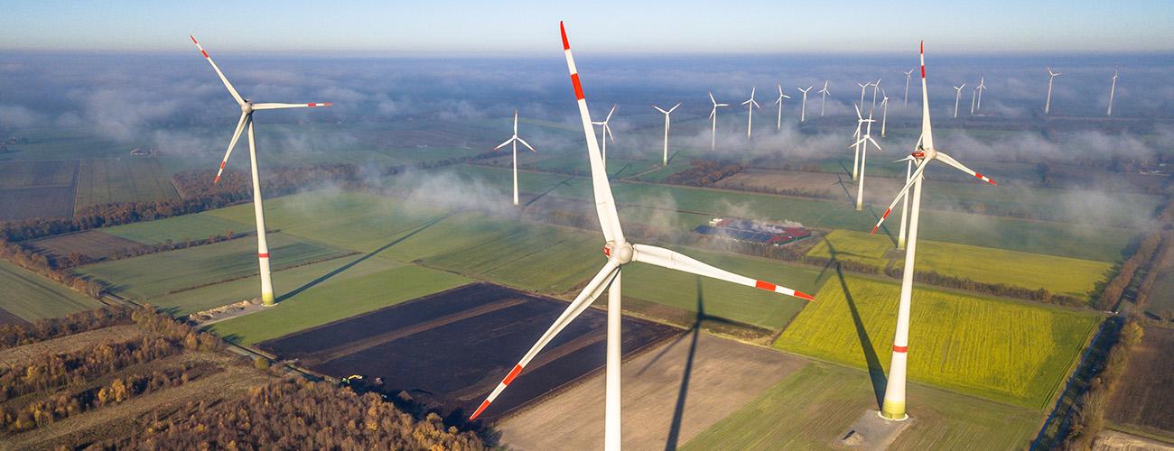 Tuulivoimalapuisto Saksan maaseudulla
