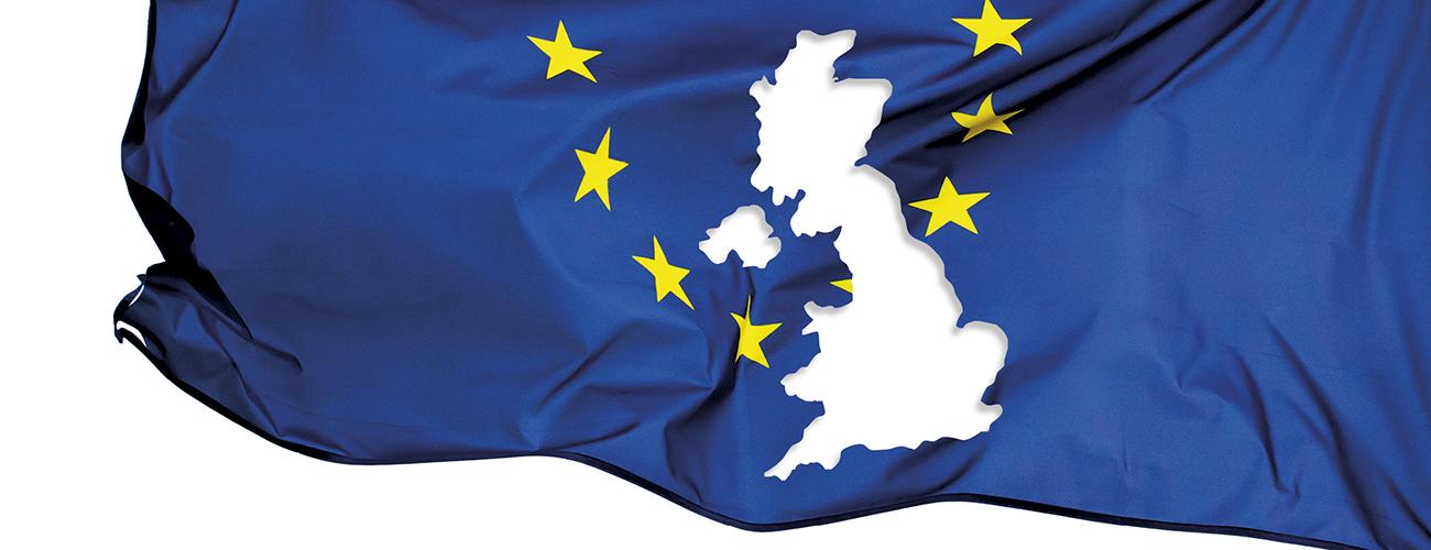 EU-lippu, jossa Britannian muotoinen reikä.