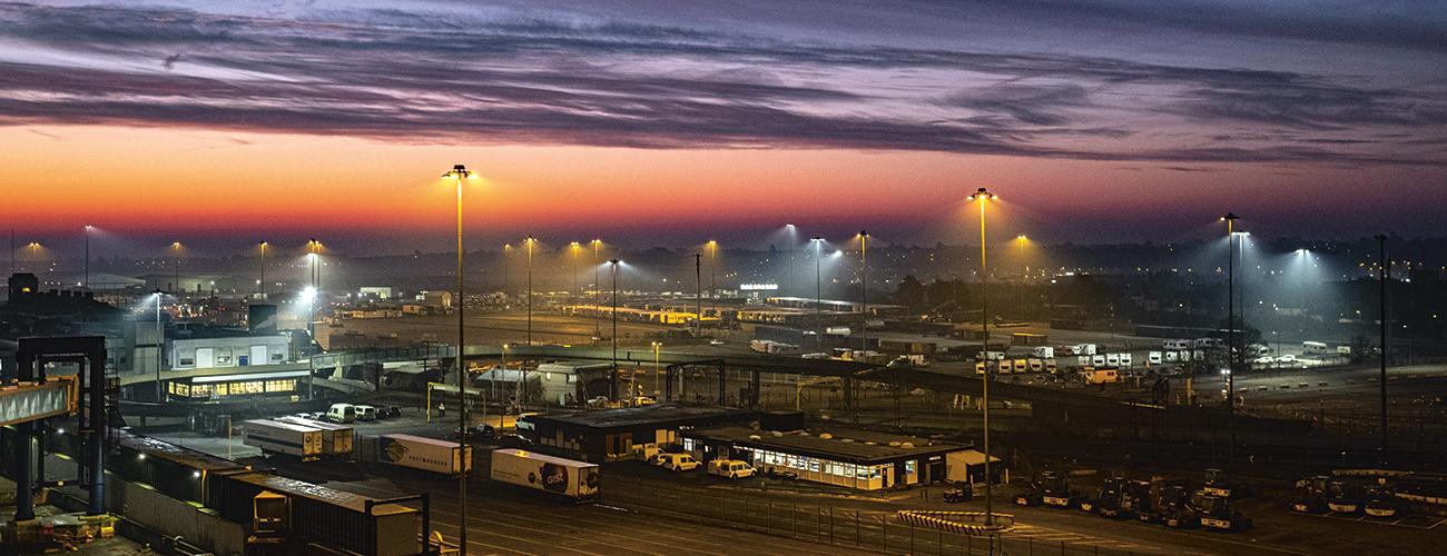 Englannissa Essexin satamassa rekat odottavat pääsyä laivaan.