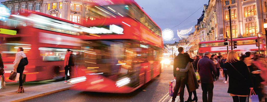 Kaksikerroksinen bussi Lontoon keskustassa.
