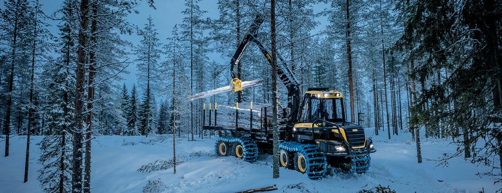 Ponssen metsätyökone kerää kaadettuja puita kyytiinsä.