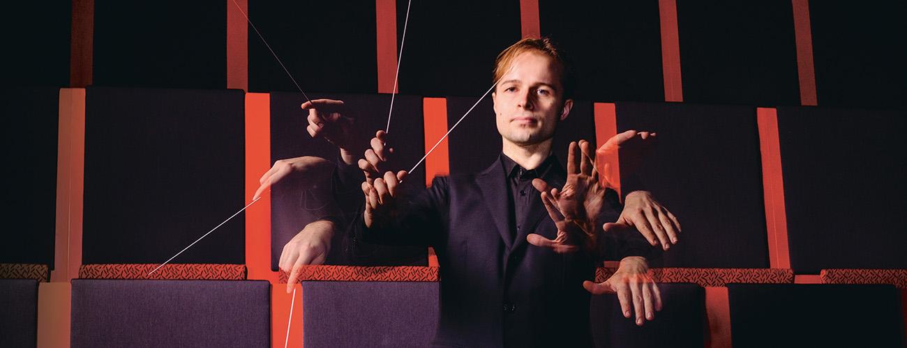 Kapelimestari Taavi Oramo johtaa orkesteria.