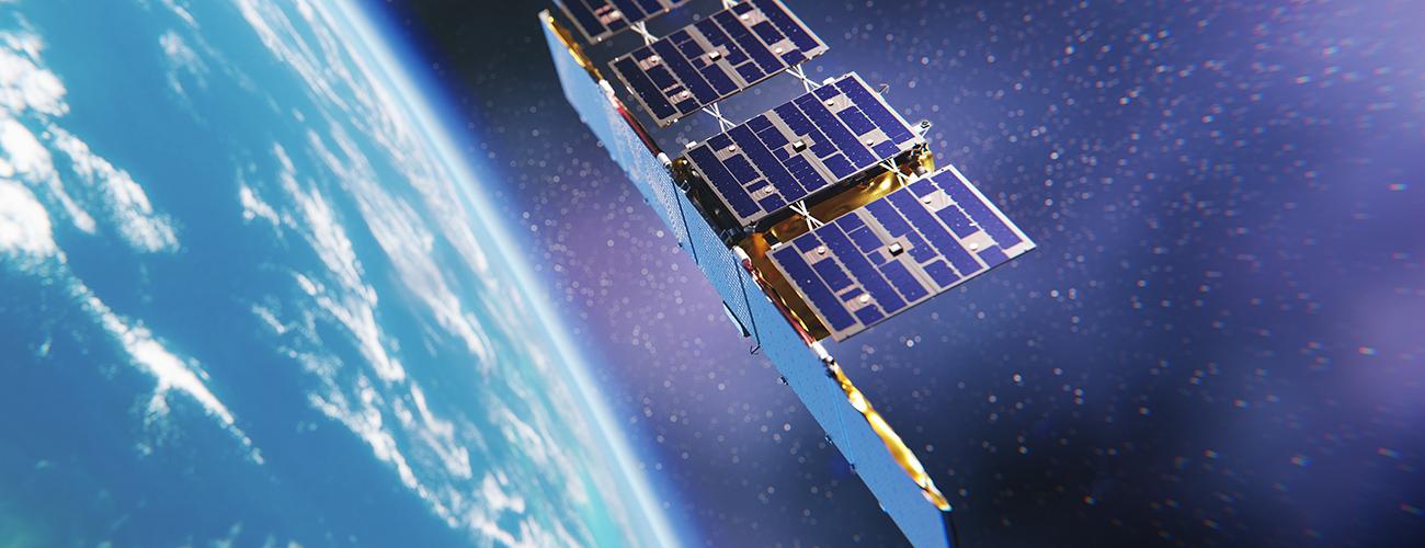 Taiteilijan näkemys ICEYE-satelliitista avaruudessa, taustalla näkyy avaruus ja osa maapallosta.