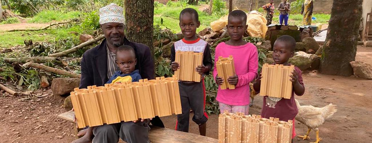 Mies ja hänen lapsensa pitävät käsissään Block solutionsin muovisia rakennuspalikoita.